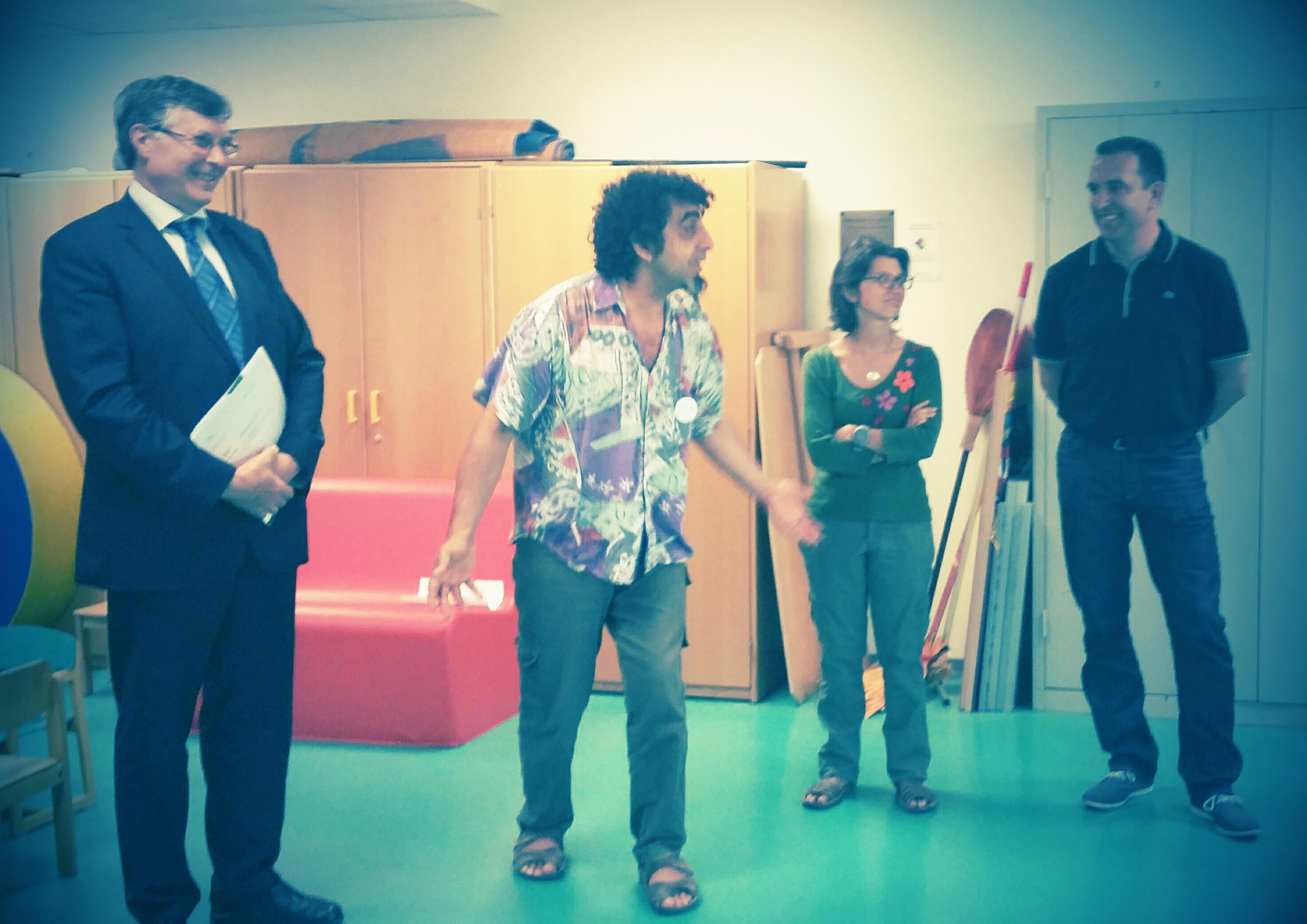 Le professeur, le président, la directrice et MArc Watlé, le financeur (Fonds Nora)pédiatrie sous le regard amusé de la directrice de  l'hôpital